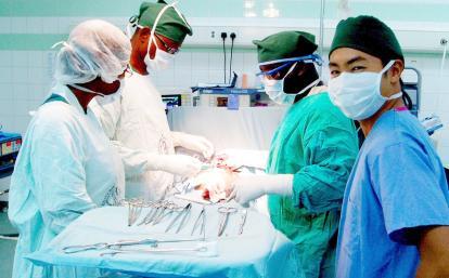 ガーナの病院の手術室で学ぶ医療インターン